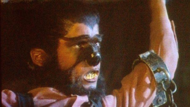 Als Werwolf verkleidet kann Albert (Matthew Laborteaux) sogar einen Felsbrock...