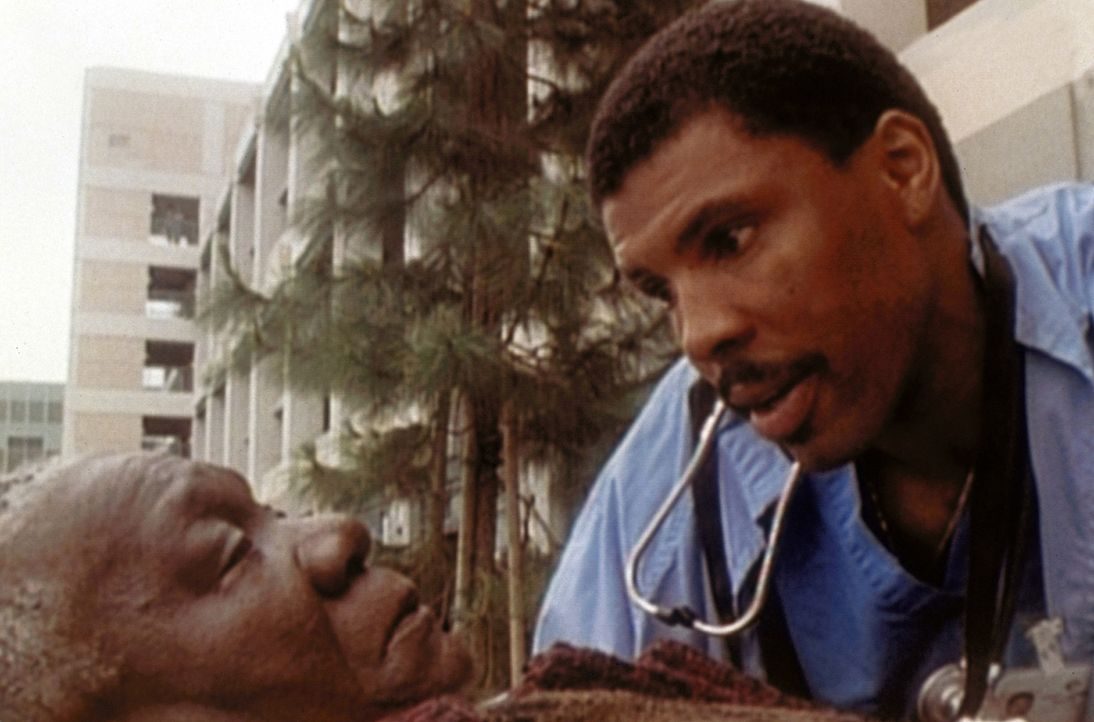 Dr. Benton (Eric LaSalle, r.) steht vor einer schweren Aufgabe. Er muss seine Mutter in ein Heim schicken. - Bildquelle: TM+  WARNER BROS.