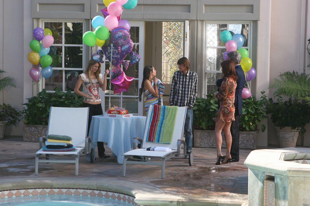 Obwohl Julie (Melinda Clarke, 2.v.r.) und Dr. Roberts (Michael Nouri, r.) eine Party für Kaitlin (Willa Holland, 2.v.l.) ausrichten, sorgt diese we... - Bildquelle: Warner Bros. Television
