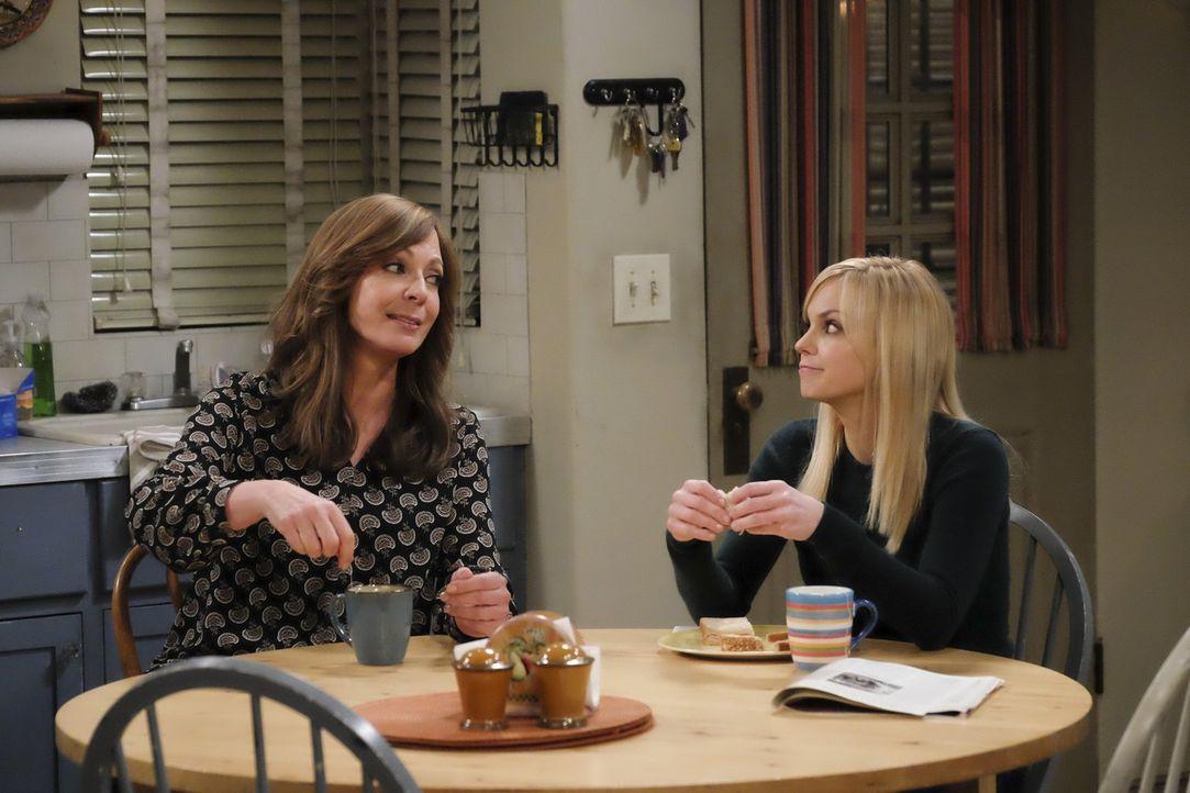 Bonnie (Allison Janney, l.) und Christy (Anna Faris, r.) sind normalerweise ein gutes Team. Doch Bonnies scheinbares Desinteresse für Christys Erfol... - Bildquelle: 2015 Warner Bros. Entertainment, Inc.