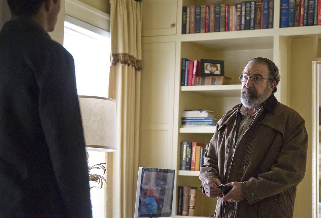 Saul (Mandy Patinkin, r.) bittet Peter (Rupert Friend, l.), dass er ein Auge auf Carrie wirft und weiht ihn in den Plan ein, dass man Carrie bewusst... - Bildquelle: 2013 Twentieth Century Fox Film Corporation. All rights reserved.