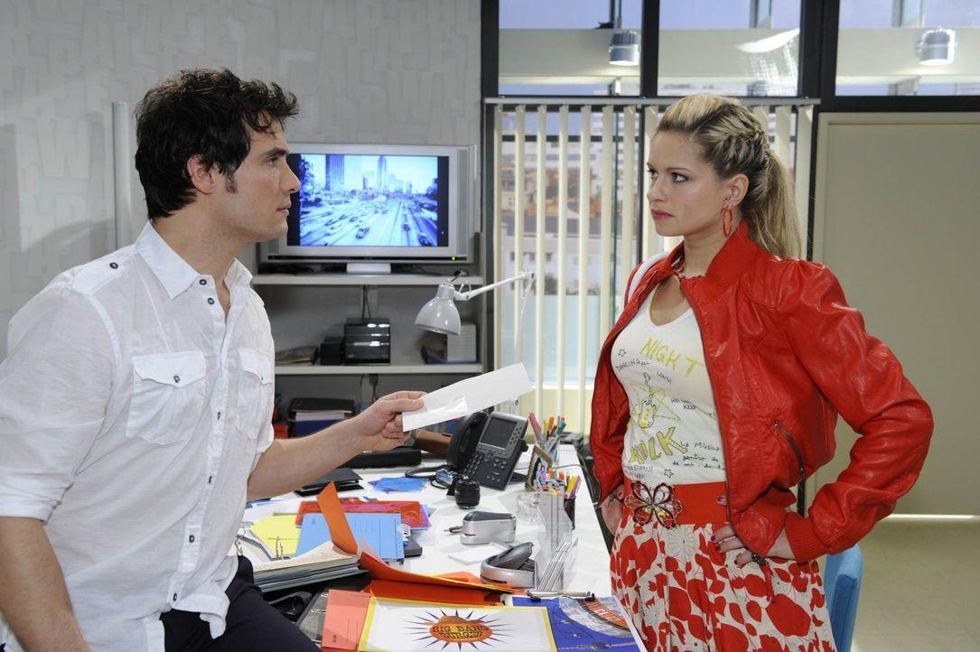 Als Mia (Josephine Schmidt, r.) erfährt, dass Alexander (Paul Grasshoff, l.) wegen der Meilenmeter.de-Affäre die Firma verlassen soll, obwohl er u... - Bildquelle: SAT.1