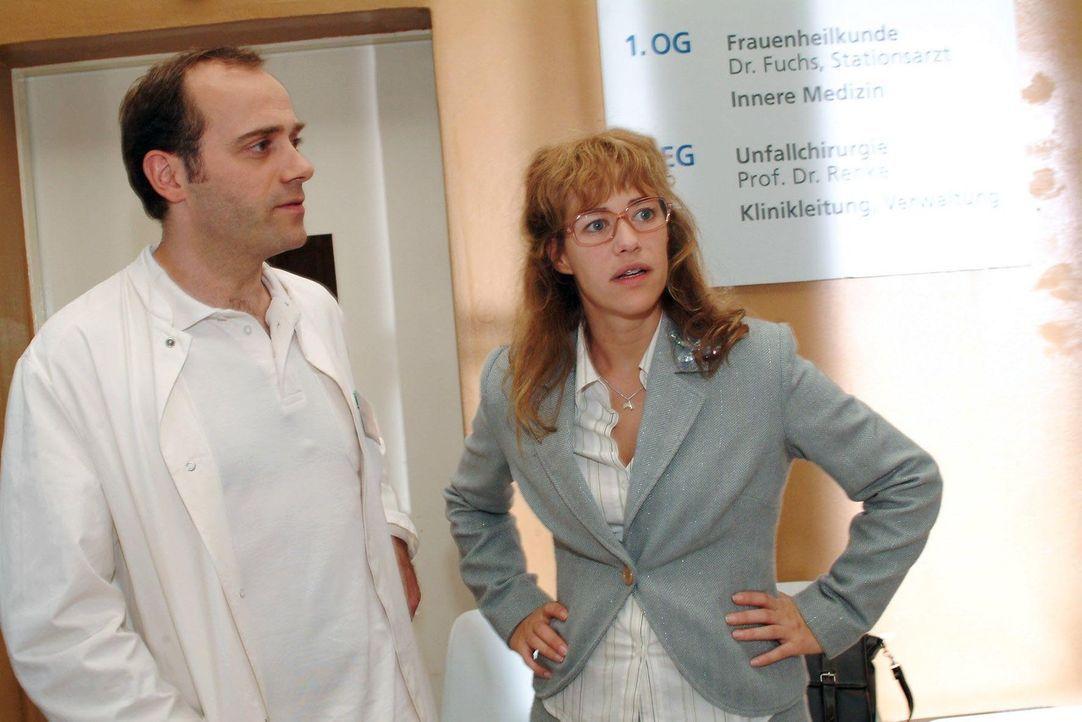 Lisa (Alexandra Neldel, r.) ist froh, als der Arzt (Anton Algrang, l.) erklärt, dass der Sturz Yvonne nicht sehr geschadet hat. (Dieses Foto von Ale... - Bildquelle: Monika Schürle Sat.1