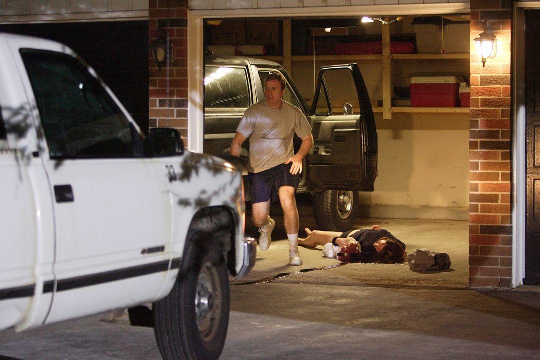 Als David Camm (Justin Conley, l.) seine Frau Kim (Laura Kryswaty, r.) und seine beiden Kinder ermordet in der Garage vorfindet, verständigt er sofo... - Bildquelle: Ian Watson Cineflix 2007