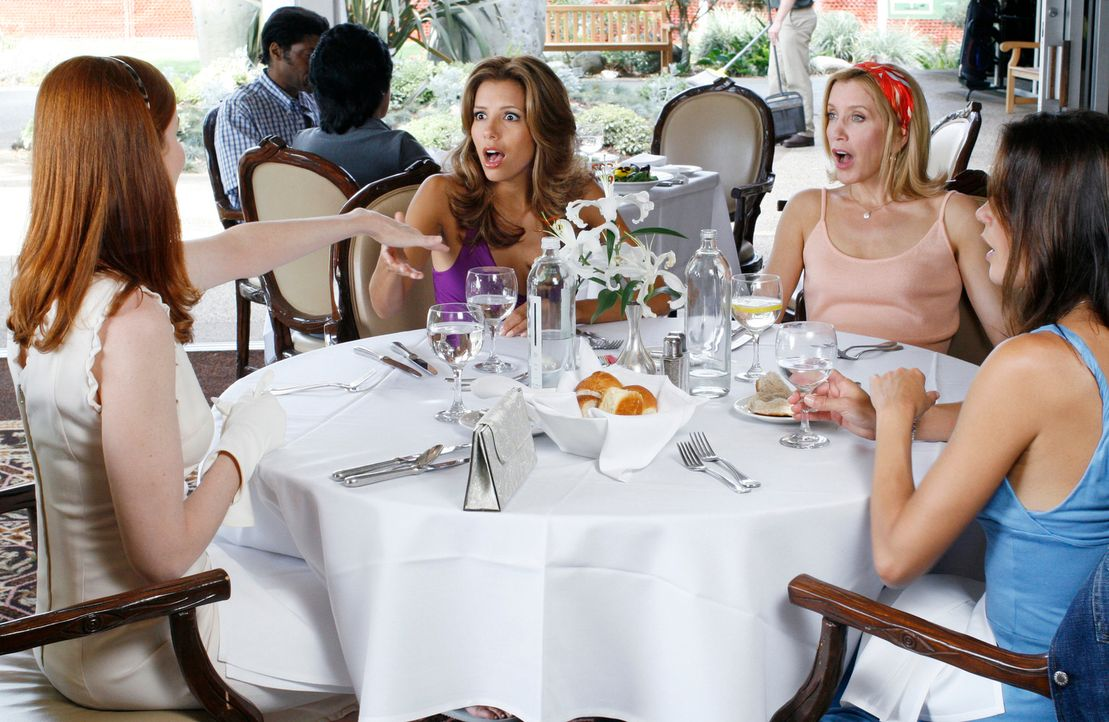 Voller Stolz berichtet Bree (Marcia Cross, l.) ihren Freundinnen Lynette (Felicity Huffman, 2.v.r.), Gabrielle (Eva Longoria, 2.v.l.) und Susan (Ter... - Bildquelle: 2005 Touchstone Television  All Rights Reserved