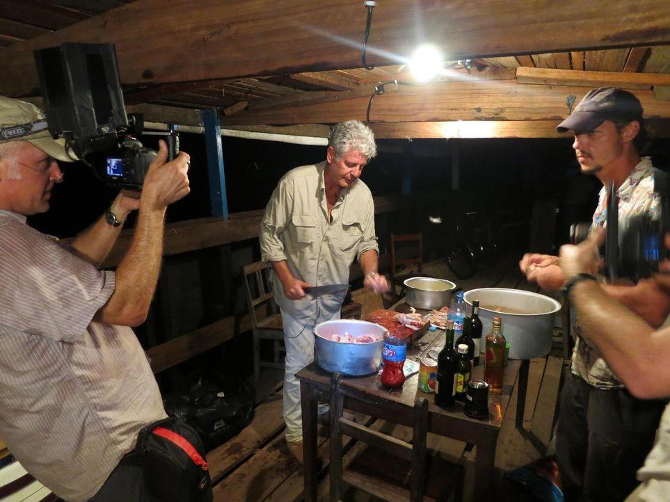 Anthony Bourdain (M.) reist in den Kongo. Das Land, das einst durch seine Industrialisierung eine herausragende Rolle in Afrika spielte, droht im Ch... - Bildquelle: 2013 Cable News Network, Inc. A TimeWarner Company. All rights reserved.