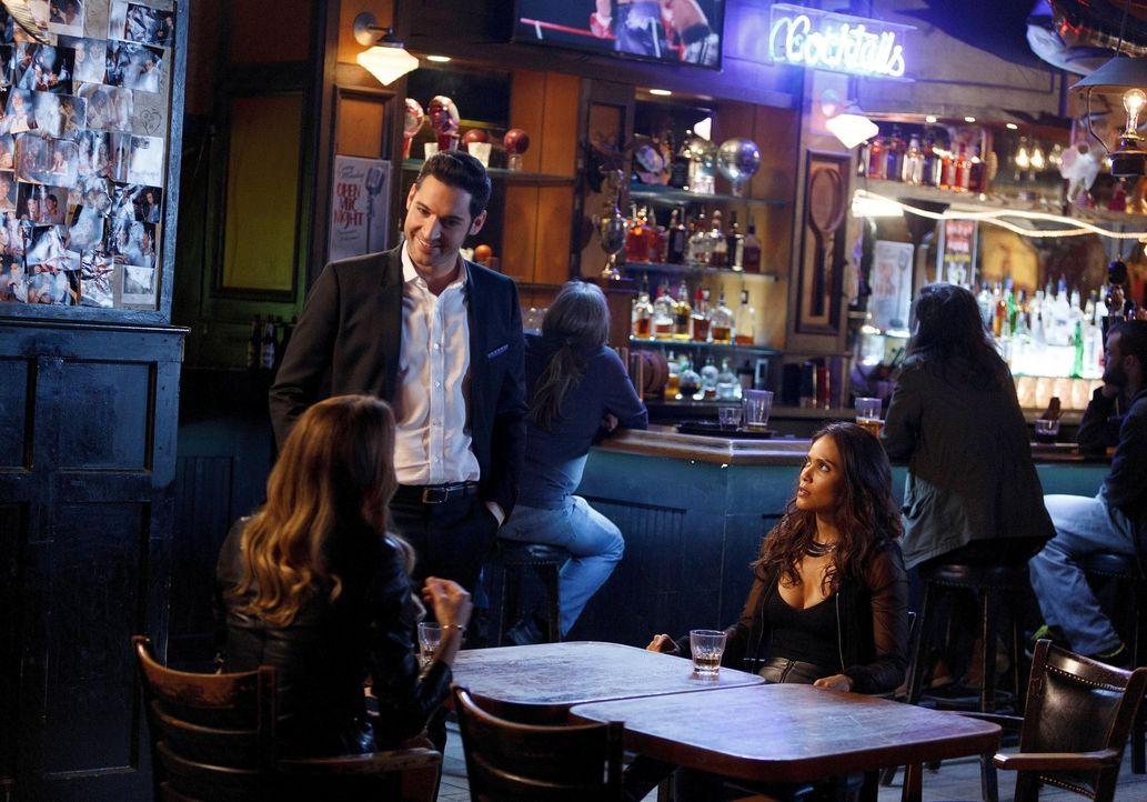 Charlotte (Tricia Helfer, l.) will Lucifer (Tom Ellis, M.) die Wahrheit über Chloes Herkunft offenbaren und hofft dabei auf Mazes (Lesley-Ann Brandt... - Bildquelle: 2016 Warner Brothers