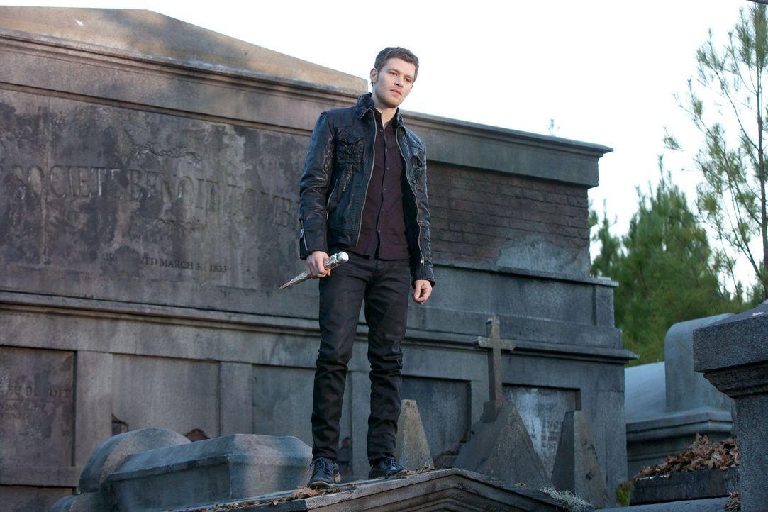 Klaus auf dem Grabstein 4 - Bildquelle: Warner Bros Entertainment Inc.