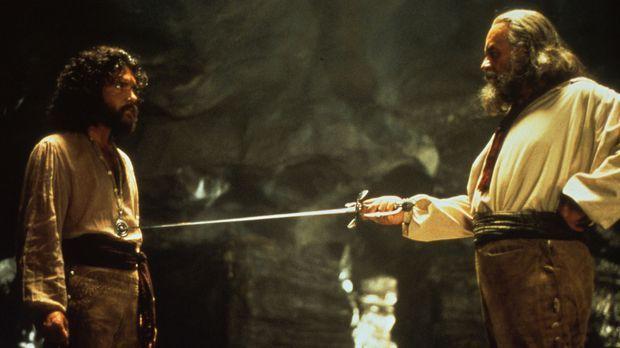 Don Diego de la Vega (Anthony Hopkins, r.) nimmt den jungen Alejandro (Antoni...