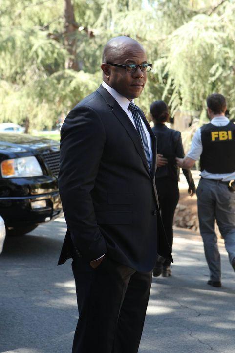 Das CBI wurden vom FBI-Agenten Abbott (Rockmond Dunbar) geschlossen. Der ehemalige CBI-Chef Bertram, der für den Serienmörder Red John gehalten wird... - Bildquelle: Warner Bros. Television