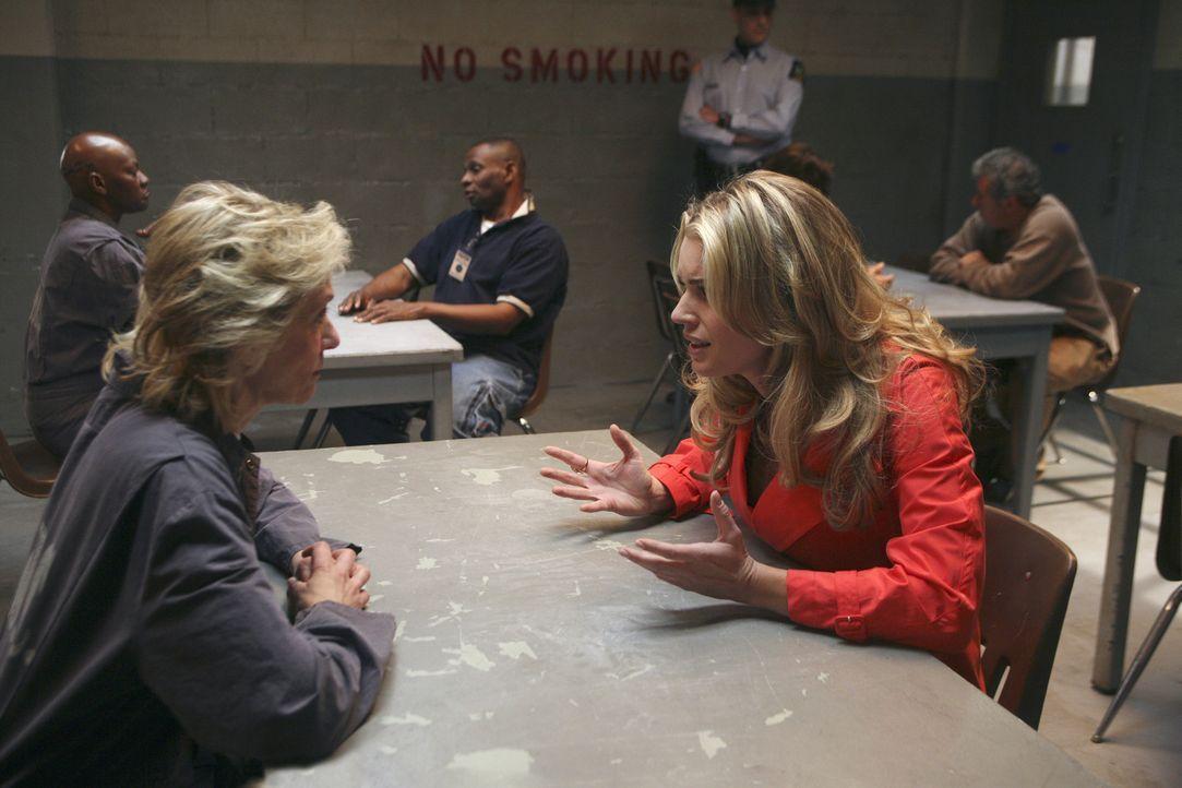 Als Claire (Judith Light, l.) von Alexis (Rebecca Romijn, r.) erfährt, welch infames Spiel Wilhelmina spielt, rastet sie total aus ... - Bildquelle: Buena Vista International Television