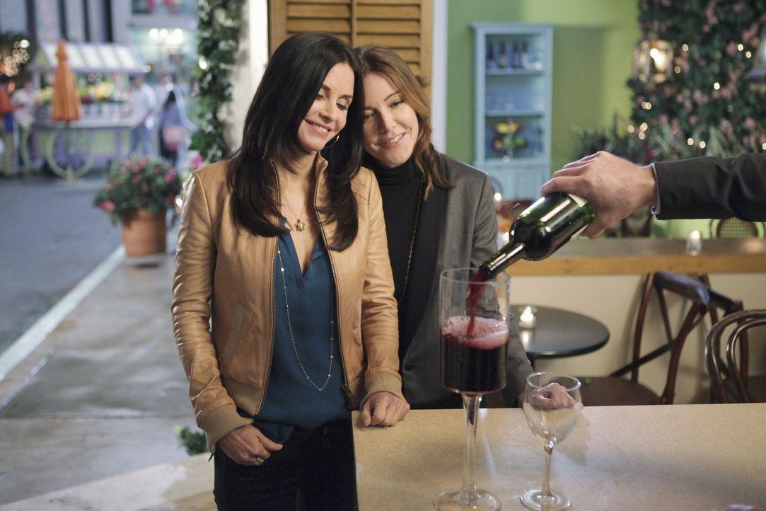 Ellie (Christa Miller, r.) und Jules (Courteney Cox, l.) entdecken eine neu aufgemachte Wein-Bar, doch aus Solidarität zu Grayson und seiner Bar be... - Bildquelle: 2010 ABC INC.