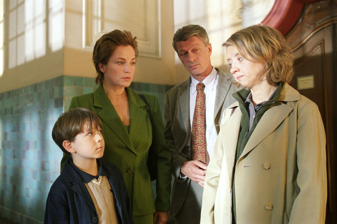 Lukas (Pascal Andres, l.) schämt sich für seine Mutter (Anna Böttcher, r.) und bringt sie durch sein Fehlverhalten vor Gericht. - Bildquelle: Noreen Flynn Sat.1