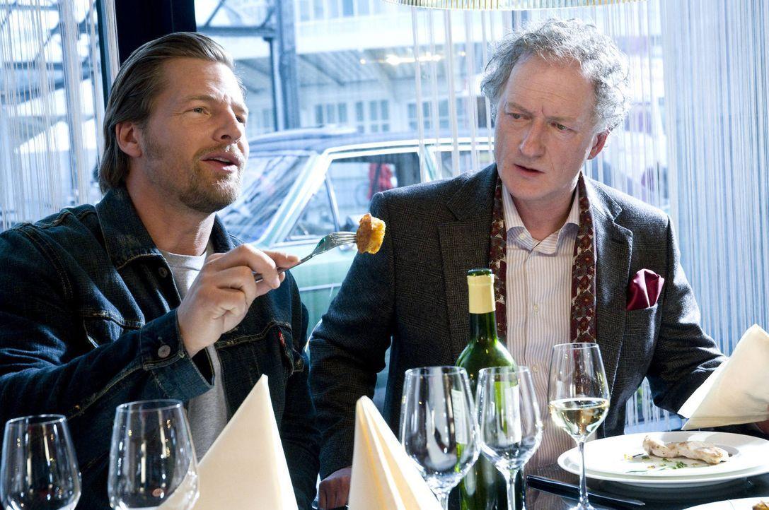 Mick (Henning Baum, l.) ahnt nicht, dass der Restauranttester Wolfgang Barsch (Falk Rockstroh, r.) ein trauriges Berufsgeheimnis hütet ... - Bildquelle: Martin Rottenkolber SAT.1