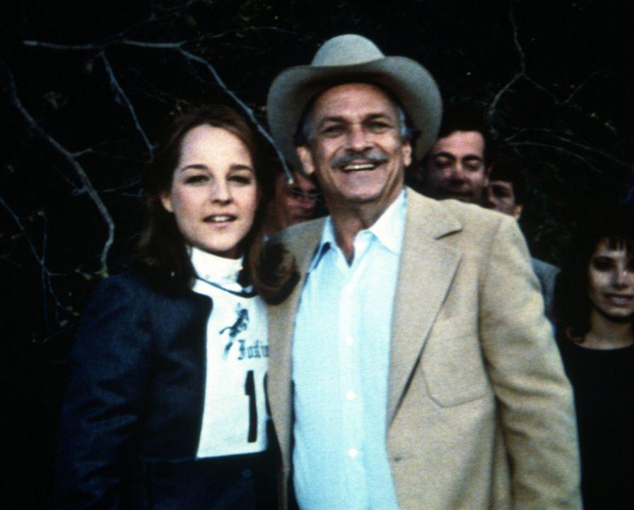 Lizzy MacGill (Helen Hunt, l.) mit ihrem Vater (Noble Willington, r.), dem Verwalter der Pferdefarm. - Bildquelle: Worldvision Enterprises, Inc.