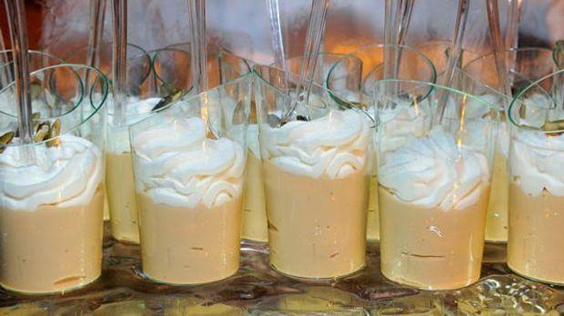 Bayerisch Creme im Glas mit Strohhalm