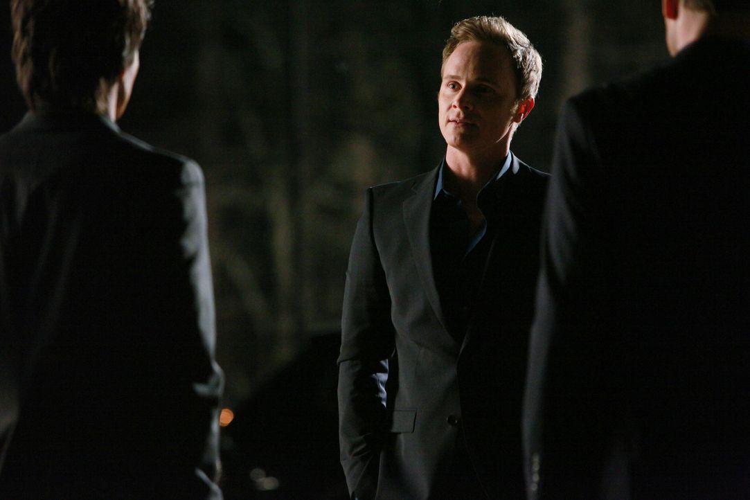 Damon (Ian Somerhalder, l.) und Alaric (Matthew Davis, r.) stellen John (David Anders, M.) zur Rede - wie konnte er überleben? - Bildquelle: Warner Bros. Television