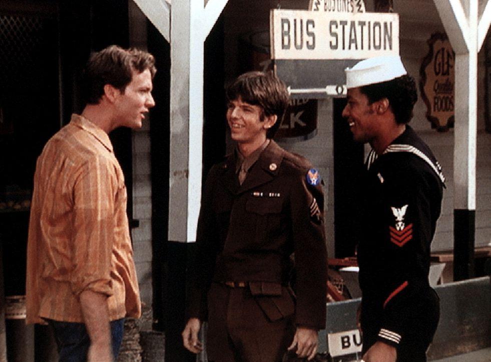 John Boy (Robert Wightman, l.) begrüßt seinen Bruder Jim Bob (David W. Harper, M.) und Jody Foster (Charles R. Penland, r.), die gerade aus der Arme... - Bildquelle: WARNER BROS. INTERNATIONAL TELEVISION