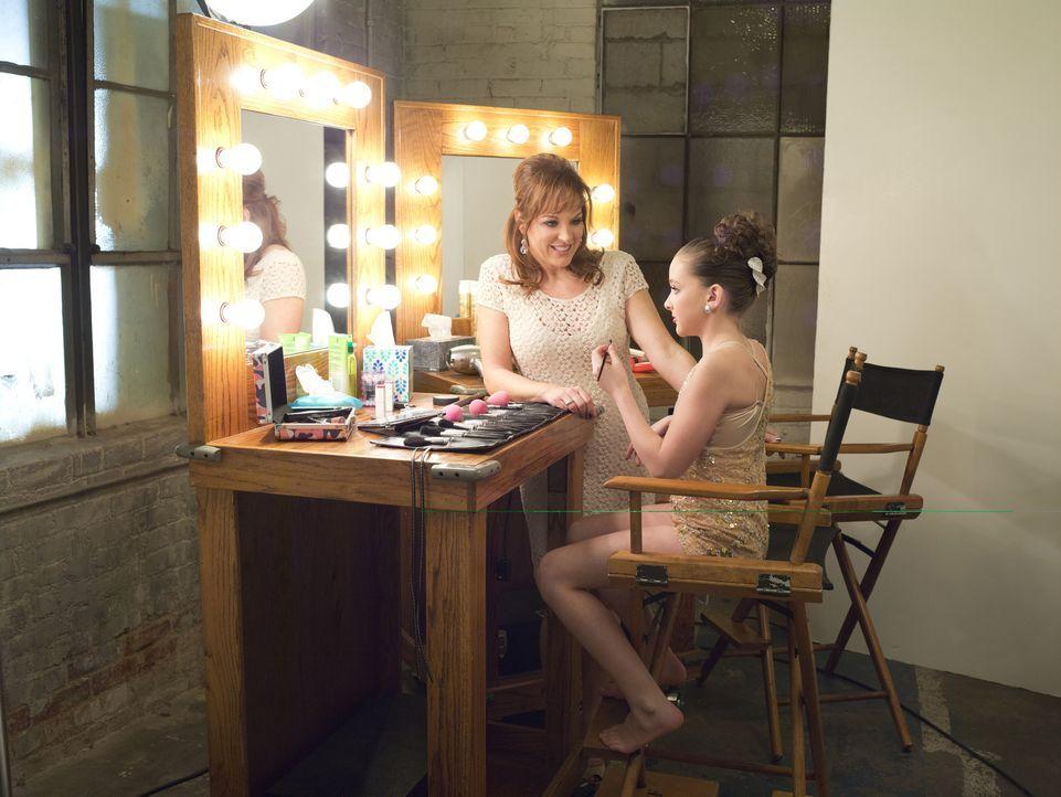 Jill (l.) spornt ihre Tochter Kendall (r.) an, damit diese unbedingt bei den Nationals ein Solo tanzen darf ... - Bildquelle: Richard McLaren 2012 A+E Networks