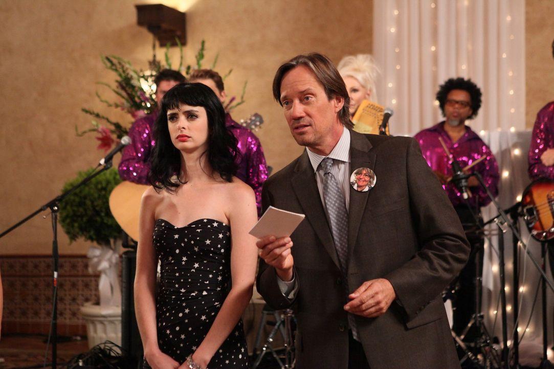 Wenn schon nicht mit James, dann kommt Chloe (Krysten Ritter, l.) eben mit Kevin Sorbo (Kevin Sorbo, r.) zu der Hochzeit, zu der sie gar nicht einge... - Bildquelle: 2012 American Broadcasting Companies. All rights reserved.