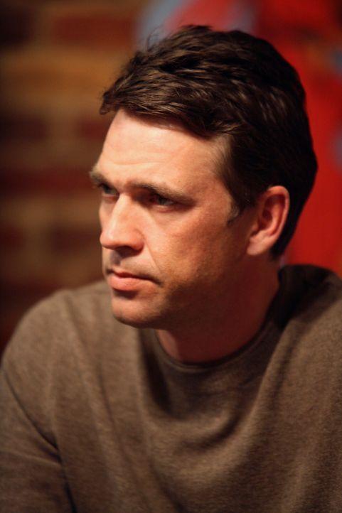 Mike findet heraus, warum Ian (Dougray Scott) Susan unbedingt sofort heiraten möchte ... - Bildquelle: 2005 Touchstone Television  All Rights Reserved