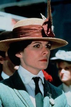 S.O.S. Titanic - Die Lehrerin Leigh Goodwin (Susan Saint James) betrachtet et...