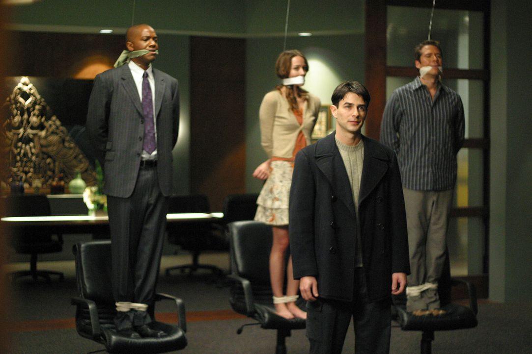 Lawson (Eyal Podell, 2.v.r.) droht, Gunn (J. August Richards, l.), Fred (Amy Acker, 2.v.l.) und Wesley (Alexis Denisof, r.) zu töten... - Bildquelle: The WB Television Network