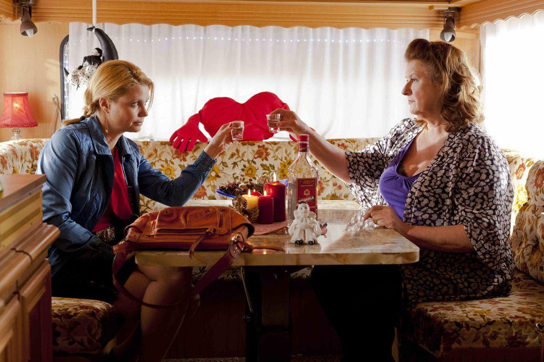 Klagen gegen die Stadt für die Rechte der Straßenprostituierten: Danni (Annette Frier, l.) und Ulla Bode (Traute Hoess, r.) ... - Bildquelle: SAT.1