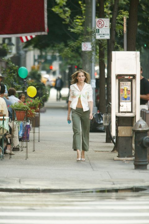 Das Schlimmste was einer richtigen New Yorkerin passieren kann, tritt ein: Carrie (Sarah Jessica Parker) werden ihre Schuhe geklaut ... - Bildquelle: Paramount Pictures