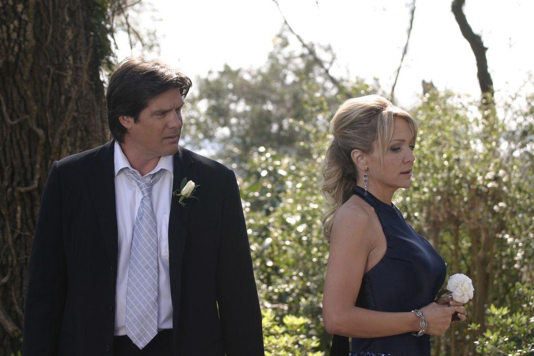 Klar, dass Deb (Barbara Alyn Woods, r.) und Dan (Paul Johansson, l.) auch zur Hochzeit kommen, auch wenn die Stimmung zwischen beiden nicht gerade f... - Bildquelle: Warner Bros. Pictures