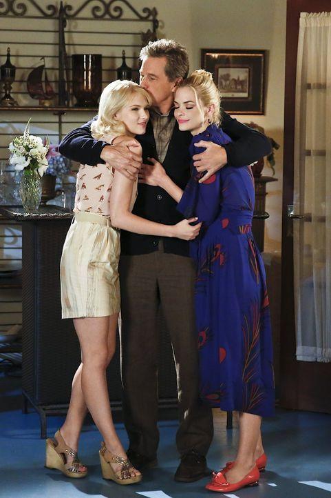 Magnolia (Claudia Lee, l.) kommt übers Wochenende nach BlueBelle und sorgt nicht nur bei Brick (Tim Matheson, M.) und Lemon (Jaime King, r.) für ein... - Bildquelle: 2014 Warner Brothers