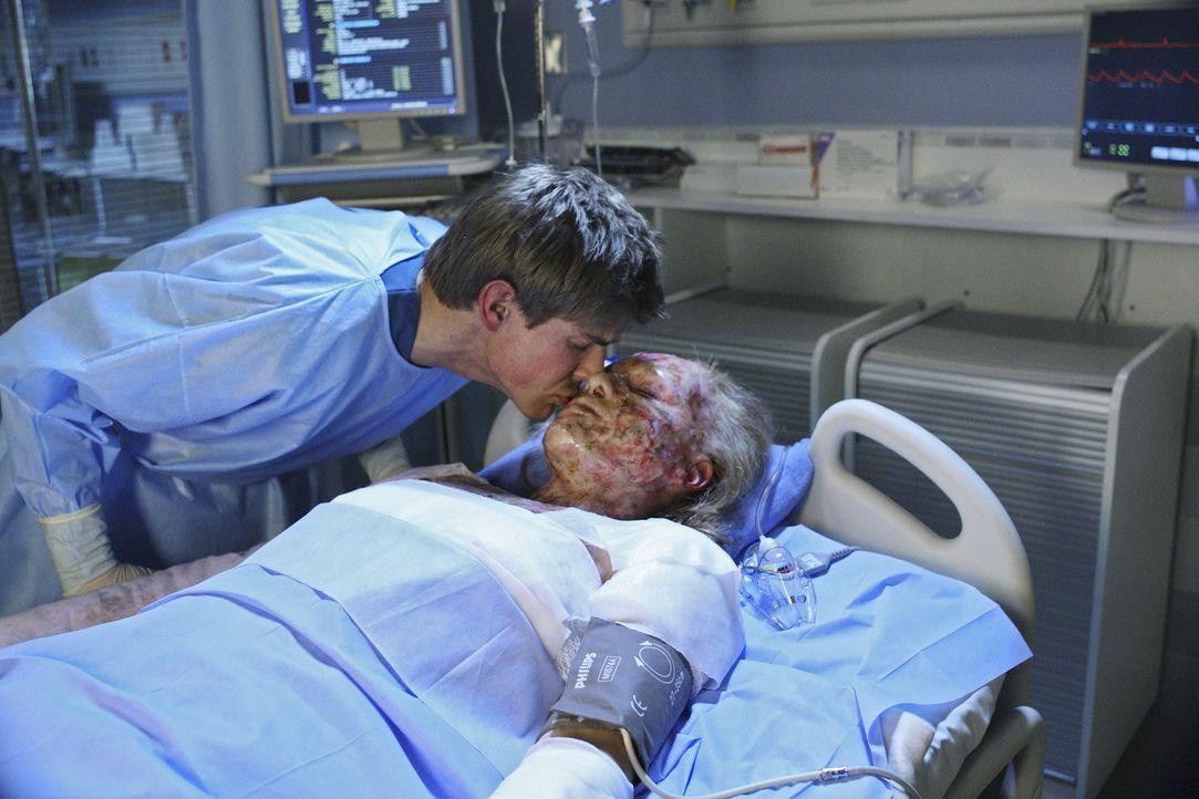 Als Dell (Chris Lowell, l.) eines Abends das Haus verlässt, explodiert sein Haus und dabei wird seine Frau Heather (Agnes Bruckner, r.) schwer verle... - Bildquelle: ABC Studios