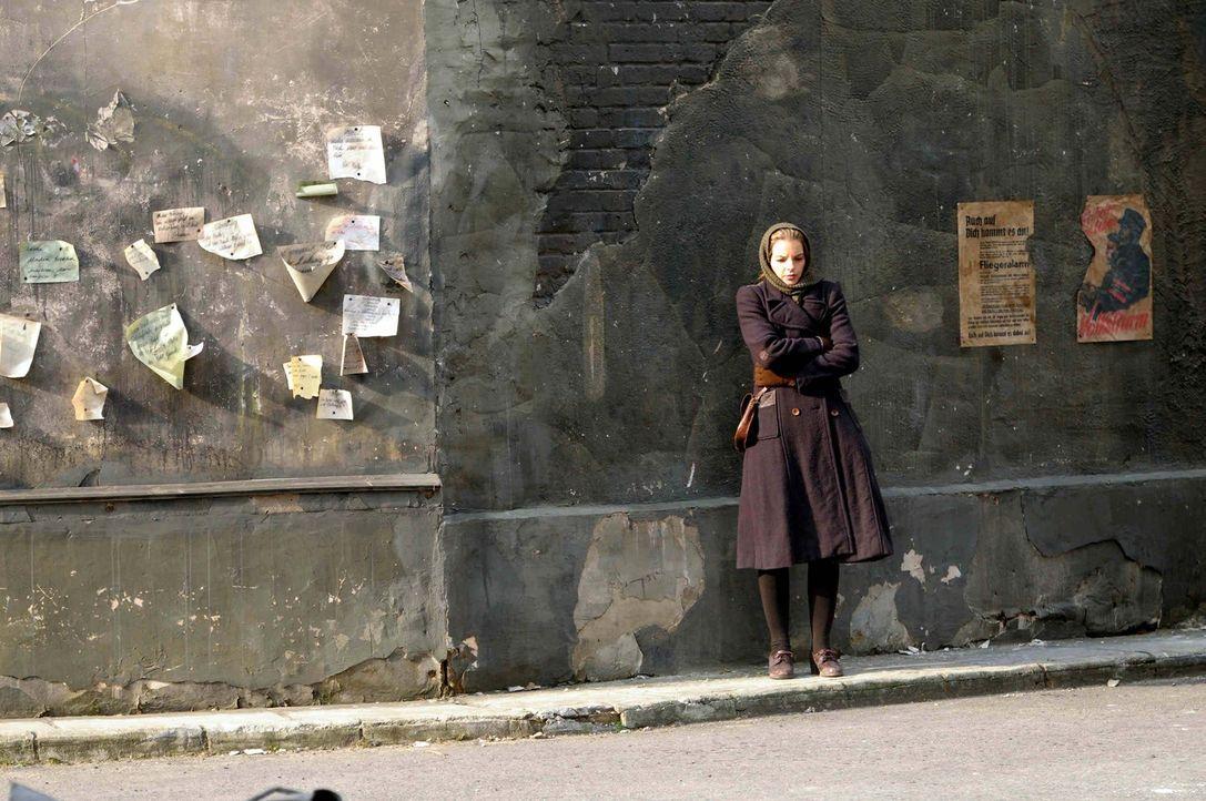 1944: Die junge Elisabeth (Yvonne Catterfeld), von allen Ellen genannt, engagiert sich nach dem Tod ihrer Eltern durch die Nazis mit voller Überzeug... - Bildquelle: Nicolas Maack SAT.1