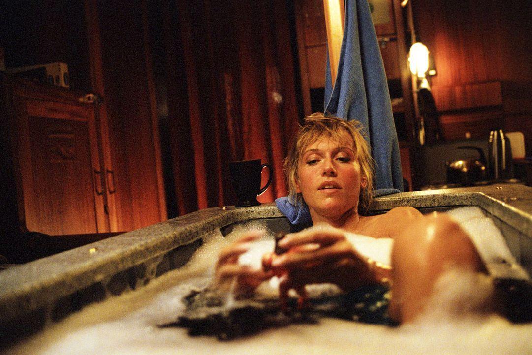 In der Badewanne auf dem Hausboot ist Jacky (Anica Dobra) Kapitän. - Bildquelle: Sat.1