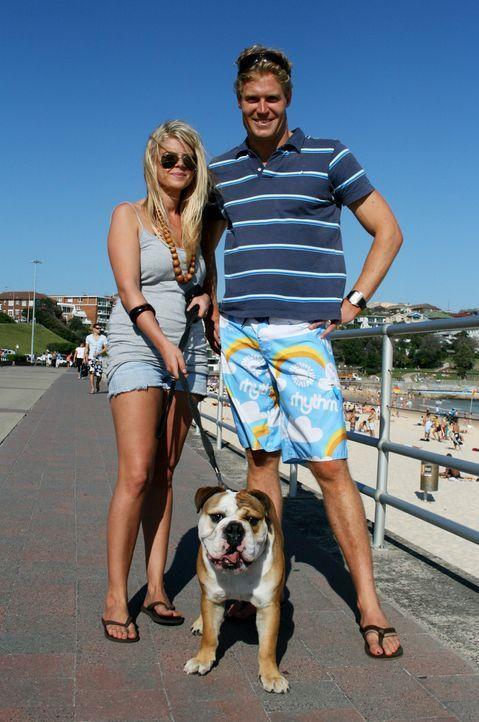 Bree (l.) hofft, dass Tierarzt Dr. Chris Brown (r.) ihrer Bulldogge Elroy helfen kann ... - Bildquelle: WTFN Entertainment