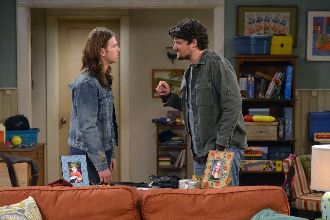 Weil Luke (Spencer Daniels, l.) bald Vater wird, kommt er Baxter (Matt Jones, r.) allmählich näher. Sie verstehen sich immer besser, von Mann zu Man... - Bildquelle: Warner Brothers Entertainment Inc.