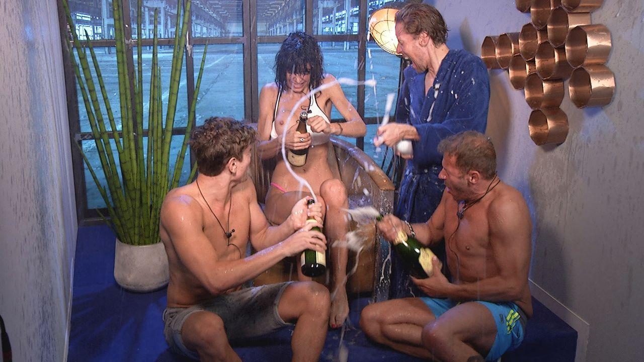 Champagnerdusche für alle im Sprechzimmer - Bildquelle: SAT.1