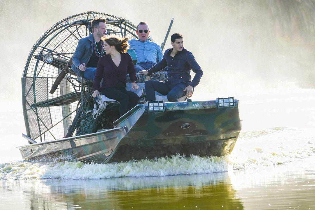 Müssen in den Sümpfen Louisianas nach einem Alligator suchen, der ein tödlichen Virus in sich trägt: (v.l.n.r.) Toby (Eddie Kaye Thomas), Paige (Kat... - Bildquelle: Bill Inoshita 2018 CBS Broadcasting, Inc. All Rights Reserved
