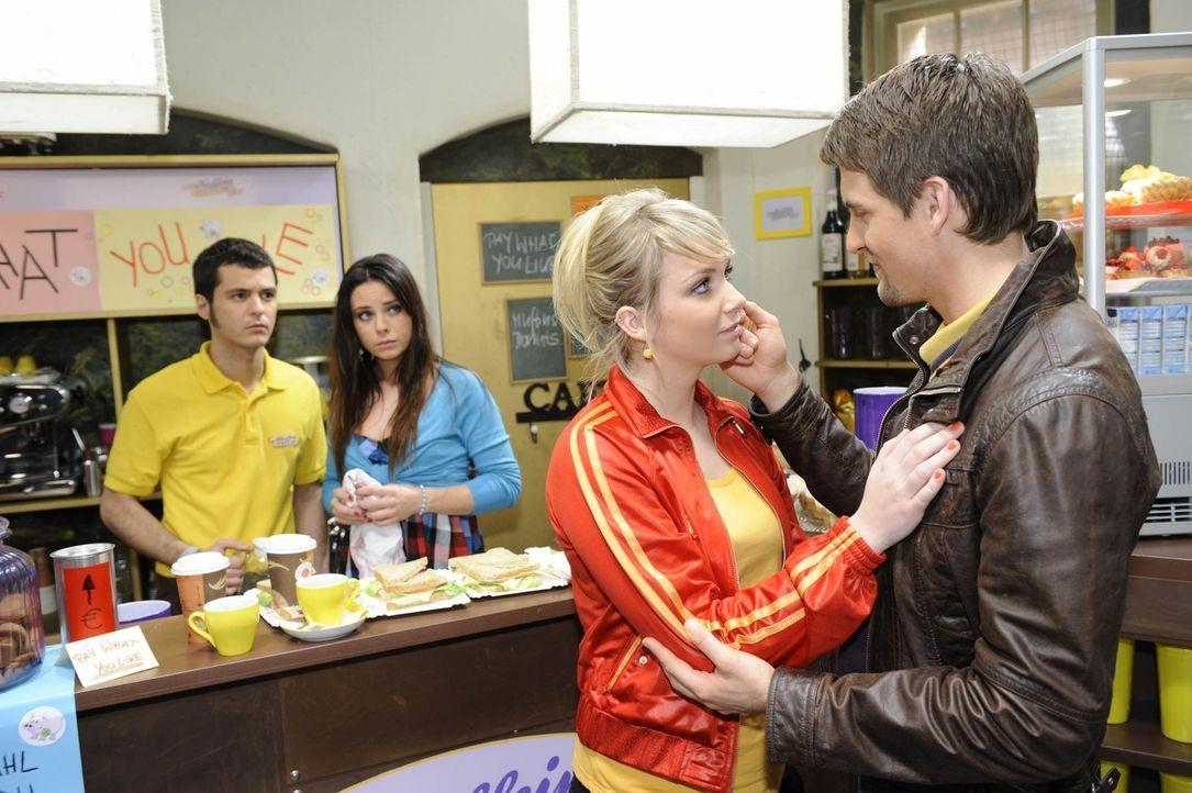 Lars verabschiedet sich von seinen Freunden: (v.l.n.r.) Maik (Sebastian König), Paloma (Maja Maneiro), Lily (Jil Funke) und Lars (Alexander Klaws) - Bildquelle: SAT.1