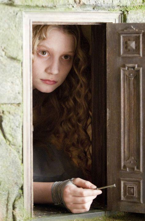 Die richtige Tür hat Alice (Mia Wasikowska) scheinbar gefunden, doch diese ist viel zu klein. Wird sie einen Weg finden, doch noch ins Wunderland z... - Bildquelle: Leah Gallo Disney Enterprises, Inc. All rights reserved