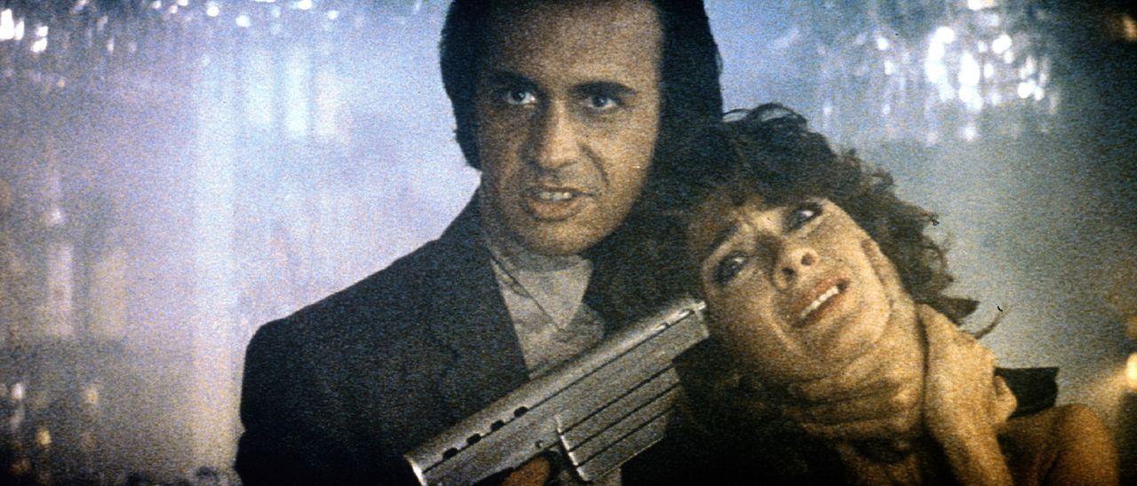 Als seine Situation immer auswegsloser wird, nimmt der skrupellose Charles Luther (Gene Simmons, l.) die junge Bardame Hooker (Anne-Marie Martin, r.... - Bildquelle: TriStar Pictures