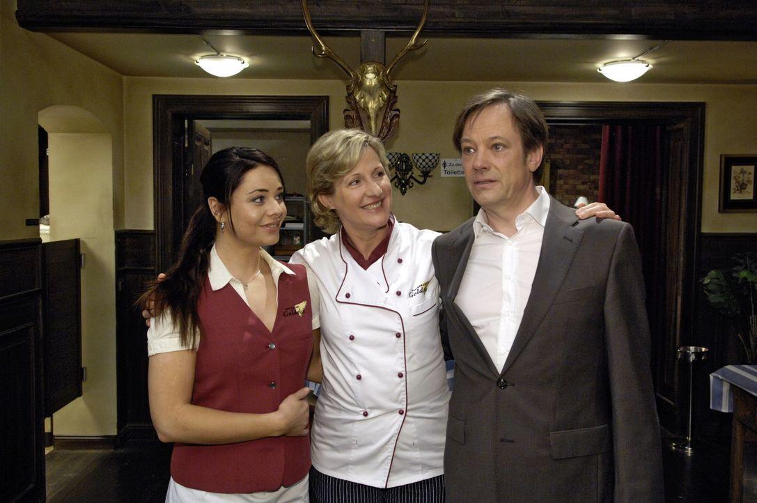 """Stolz eröffnen Armin (Rainer Will, r.), Susanne (Heike Jonca, M.) und Paloma (Maja Maneiro, l.) das Restaurant """"Goldelse"""" wieder. - Bildquelle: Oliver Ziebe Sat.1"""