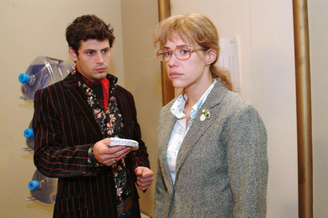 Rokko (Manuel Cortez, l.) kann es kaum mit ansehen, wie Lisa (Alexandra Neldel, r.) von ihren Gefühlen gequält wird. - (Dieses Foto von Alexandra... - Bildquelle: Monika Schürle Sat.1