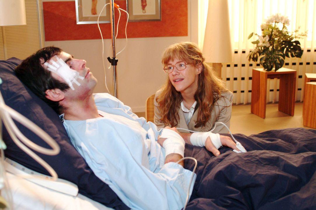 Lisa (Alexandra Neldel, r.) gesteht dem schlafenden David (Mathis Künzler, l.) am Krankenbett ihre Liebe - und schmiedet Zukunftspläne ... - (Dieses... - Bildquelle: Monika Schürle Sat.1