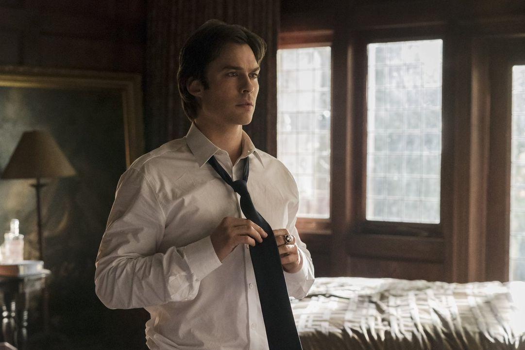 Bei den Vorbereitungen für die Beerdigung von Sheriff Forbes erinnert sich Damon (Ian Somerhalder) daran, dass er bereits früher einmal eine Trauerr... - Bildquelle: Warner Bros. Entertainment, Inc