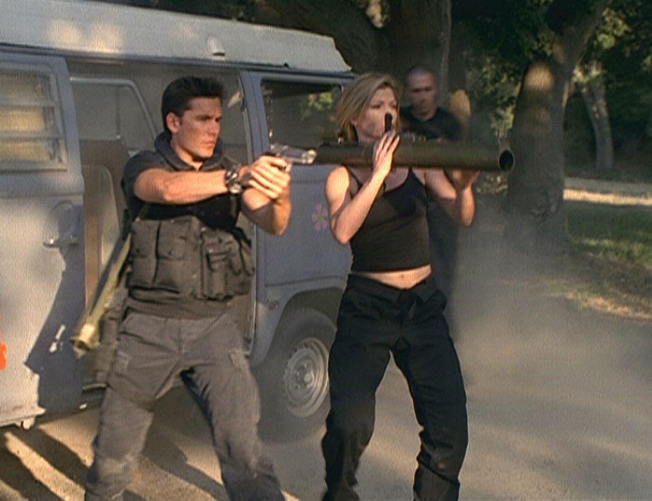 Der Terrorist Ving und seine Komplizin Caitlin (Stephanie Niznik, r.) befreien Caitlins Bruder aus den Händen der Polizei. - Bildquelle: Viacom