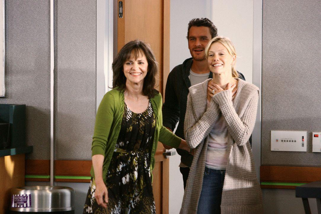 Die Sorge um Elizabeth ist vorüber: Die leidenden Eltern Julia (Sarah Jane Morris, r.) und Tommy (Balthazar Getty, M.) können endlich Thanksgiving m... - Bildquelle: 2008 ABC INC.
