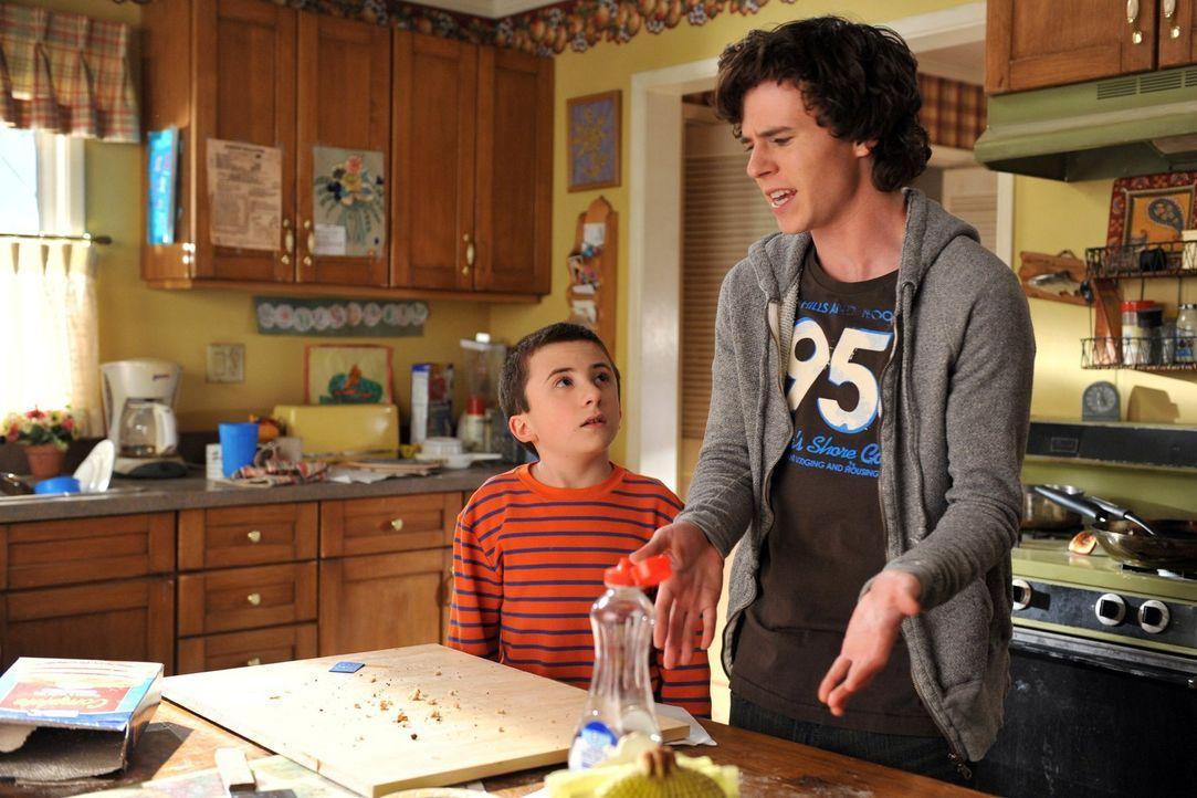Als Axl (Charlie McDermott, r.) aus Versehen das Schulprojekt von Brick (Atticus Shaffer, l.) aufisst, muss er mit ihm ein neues backen. Währenddess... - Bildquelle: Warner Brothers