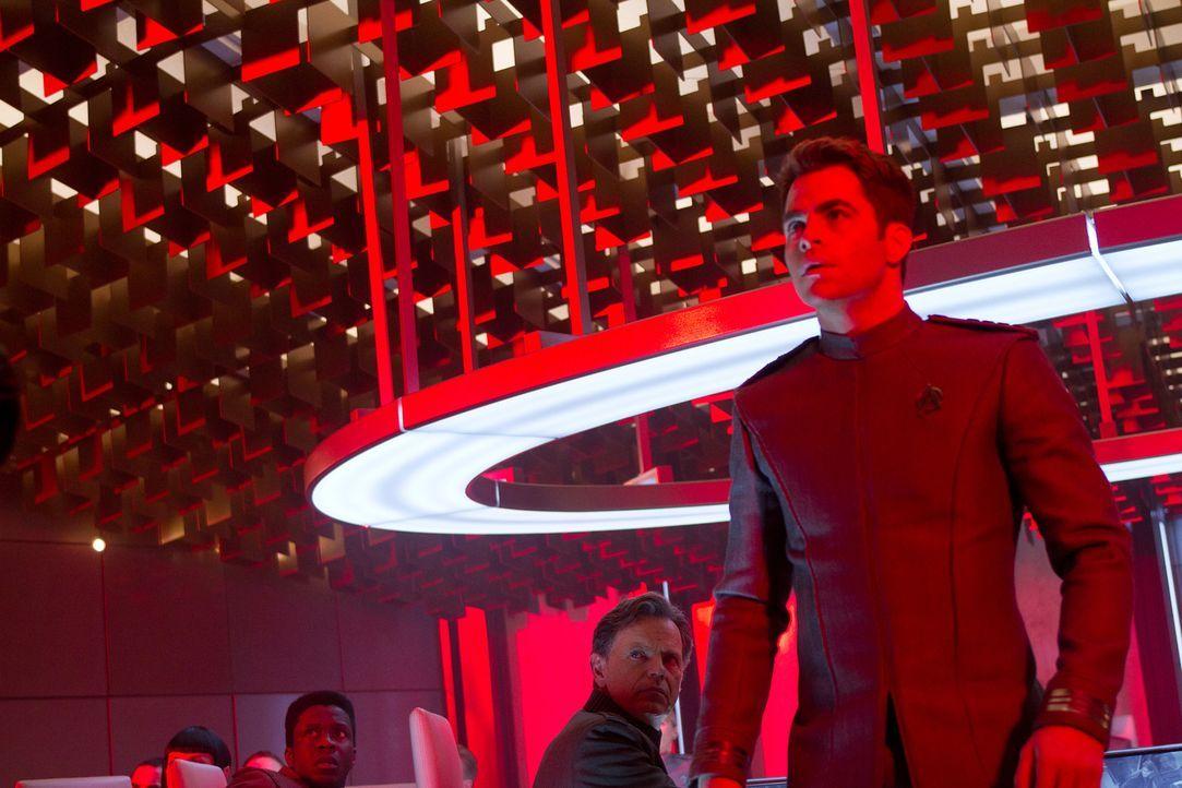 Zu spät kommt Captain Kirk (Chris Pine, r.) der Verdacht, dass Admiral Christopher Pike (Bruce Greenwood, 2.v.r.) und alle anderen in eine verlustre... - Bildquelle: Zade Rosenthal 2013 Paramount Pictures.  All Rights Reserved.