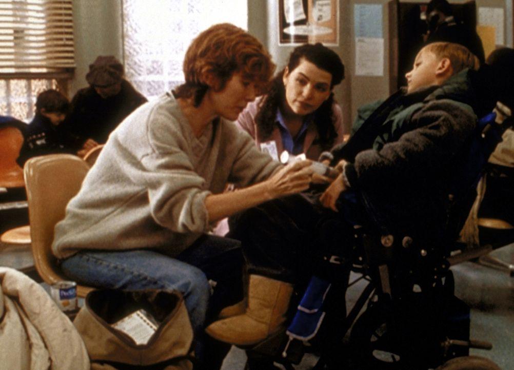 Carol Hathaway (Julianna Margulies, M.) versucht, die gesundheitlich angeschlagene Mrs. Abbott (Valerie Mahaffey, l.) zu überreden, für ihr krankes... - Bildquelle: TM+  2000 WARNER BROS.